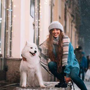 hond met vrouw in de sneeuw