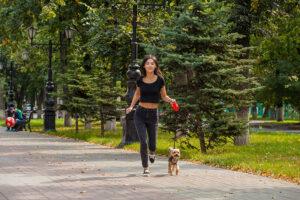 Fit worden met behulp van je hond!   Vrouw joggend met haar hond