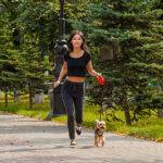 Uitgelichte afbeelding | Vrouw joggend met haar hond